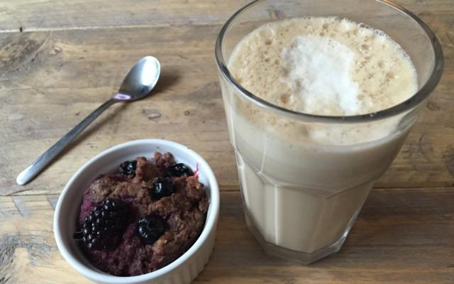 Choco blauwe bessen mugcake met een koffie verkeerd