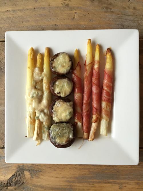 Asperges met spek, gorgonzola en gevulde champignons