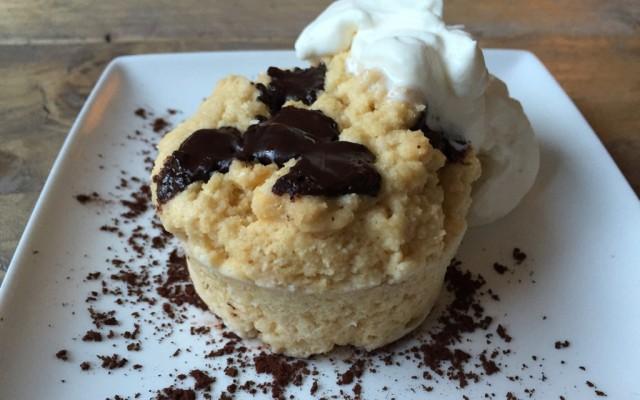 Mugcake met chocolade en slagroom
