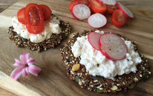 Zadencrackers met Hüttenkäse, tomaat en radijsjes