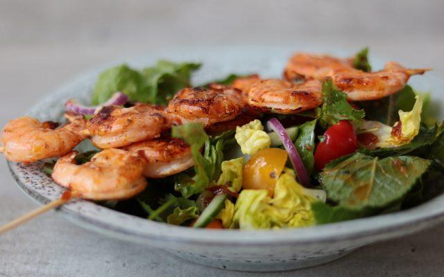 Pittige garnalen en biefstuk salade van de BBQ!